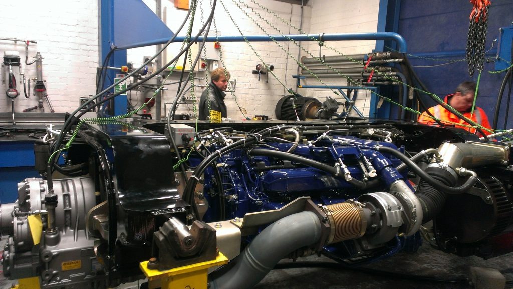 Foto: EVZ har renoveret gearet, der ses til venstre og testes med den renoverede MTU enhed, i en fuldlast prøvestand hos vores samarbejds partner i UK : LH-Group www.lh-group.com